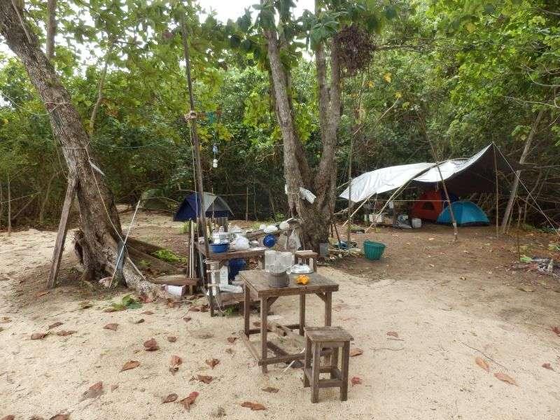 durch ein Camp mit offener Küche